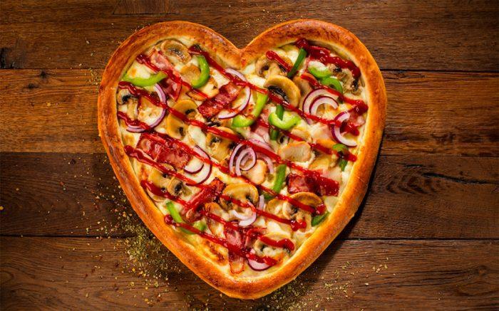 Оригинальная пицца в форме сердца