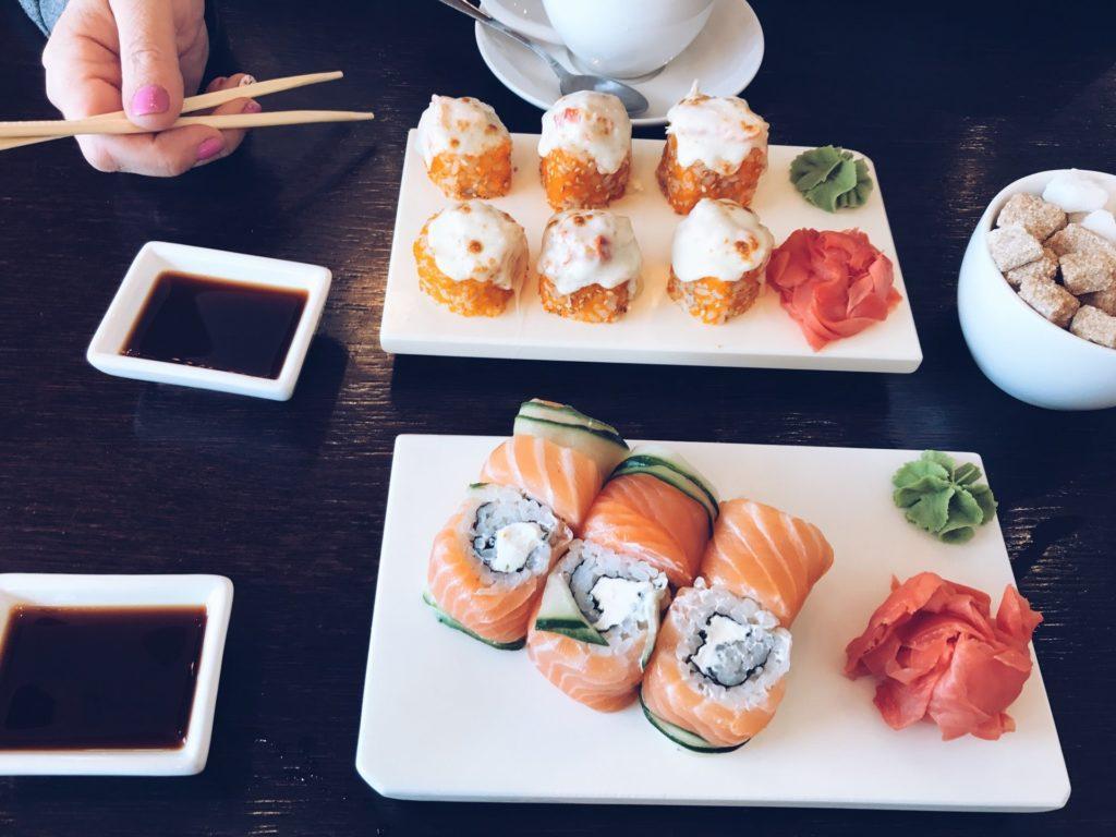 Ресторан японской кухни «Две палочки» своим клиентам предлагает суши и роллы по необычным рецептам